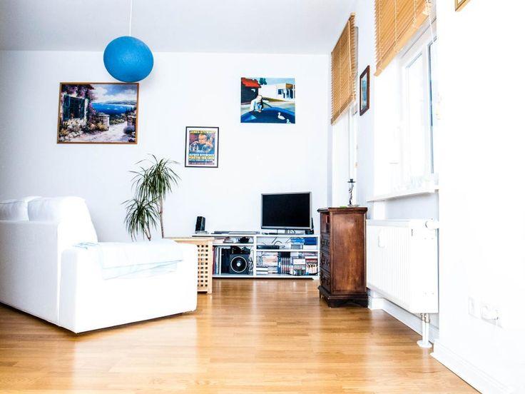 Ein Freundliches, Modernes Wohnzimmer! Das Weiße Sofa Erstrahlt In Der  Kombination Mit Bunten Bildern