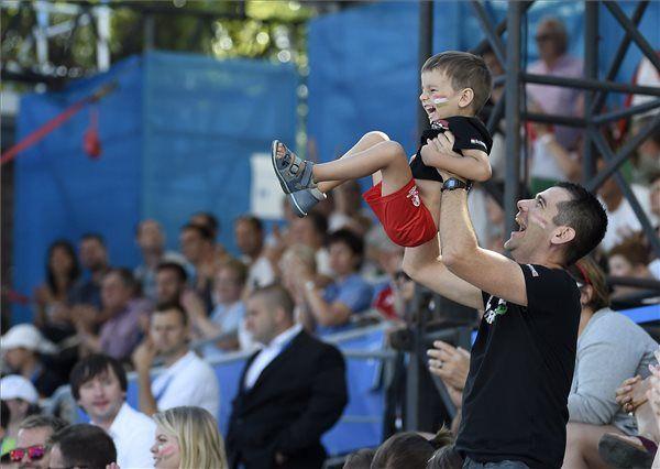 Szurkolók a női vízilabdatornán az 5-8. helyért játszott Magyarország - Görögország mérkőzésen | MTI Fotó: Koszticsák Szilárd - PROAKTIVdirekt Életmód magazin és hírek - proaktivdirekt.com