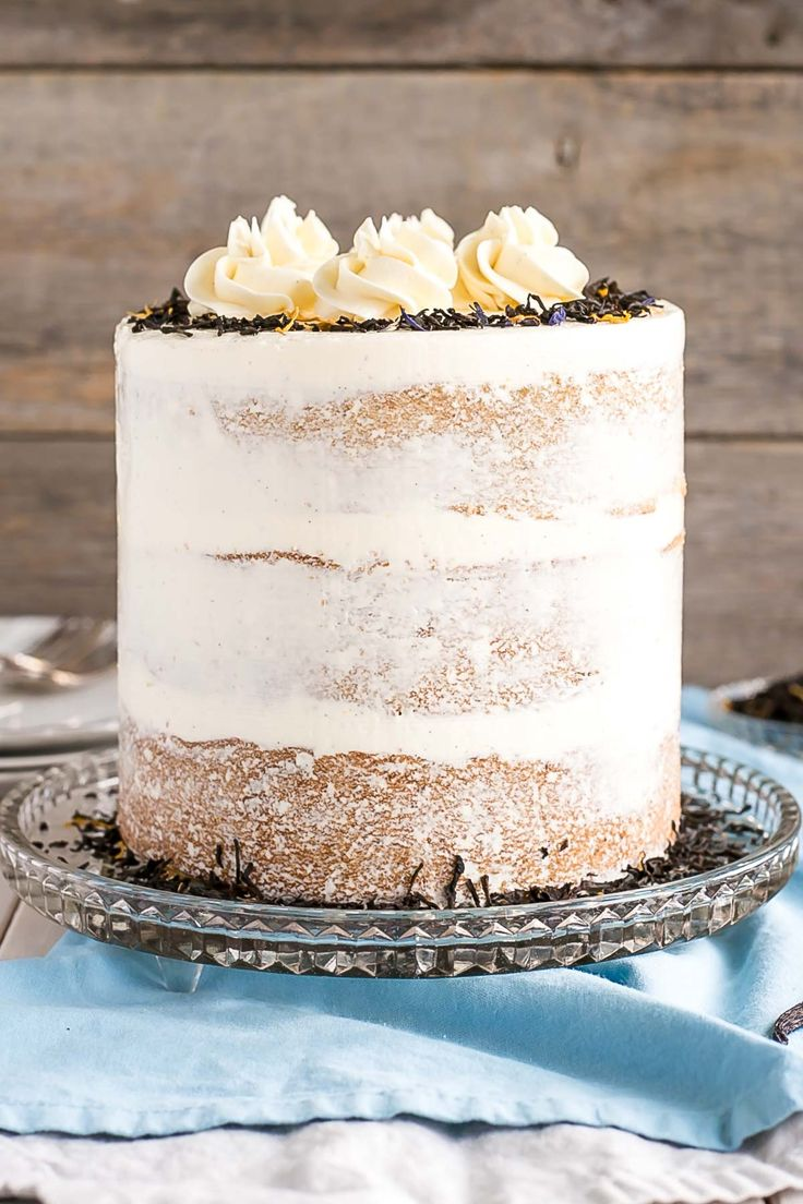 This Earl Grey Cake is perfect for the tea lover in your life! Earl Grey infused cake layers paired with a silky vanilla bean buttercream. | livforcake.com