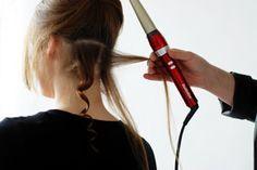 Zelf natuurlijke krullen maken met een krultang · Haar stylen tips · Beauty tips voor huid, haar en kapsels van beauty professionals uit de salon en kliniek - BeautyNieuws.nl