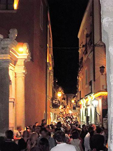 Taormina (ME) - Lo stretto e lungo Corso di Taormina by night   da Lorenzo Sturiale