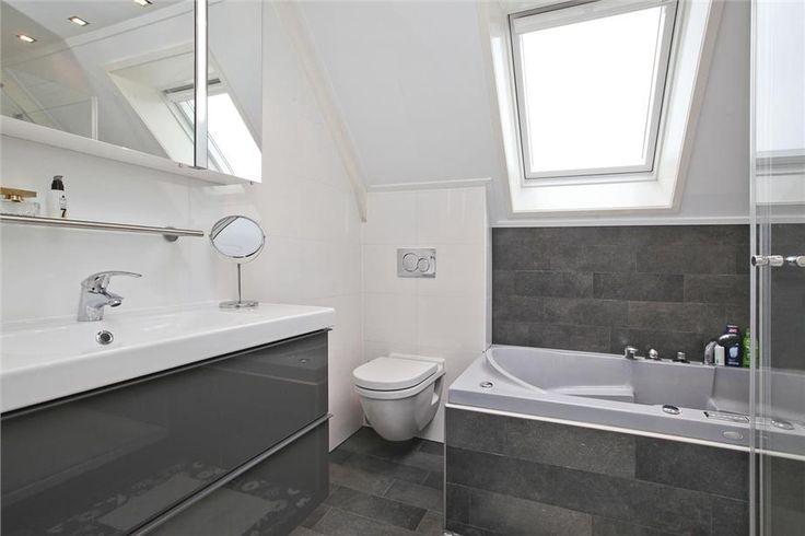 Mortex Badkamer Onderhoud ~ Complete badkamer onder schuin plafond met whirlpool ligbad, douche