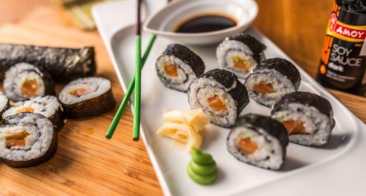 Maki sushi tekercs recept: A maki tekercs az egyik legegyszerűbb sushi. Érdemes ezzel a maki tekercs recepttel kezdeni, ha valaki el szeretné sajátítani a sushi készítés technikáját! Nagyon egyszerű, és nagyon finom! :)