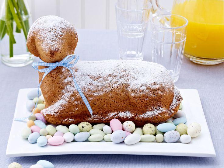 Zu Ostern darf ein süßes Osterlamm nicht fehlen! Für den Klassiker brauchst du zwar eine spezielle Form, aber dafür ist der Teig schnell gemacht.