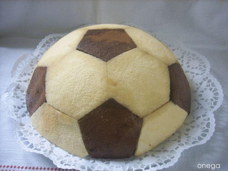 Ayer fue el cumpleaños de mi hijo, como buen aficionado al fútbol, me pidió esta tarta para celebrarlo con sus amiguitos. Verdaderamente queda una tarta preciosa, muy vistosa, que no dejó indiferen…