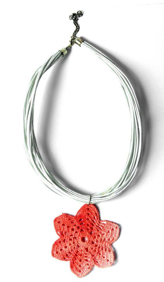 Crochet pendant dyed in karkadè rose peach minimal di Leccio51, €35.00