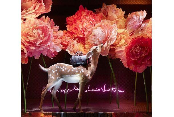 デパートやお店のウィンドウディスプレイが変わるごとに、季節やイベントを身近に感じ、なんだかウキウキしてしまったりして。 パリのデパート「Le Bon Marché」では、ソフィア・コッポラがデザインしたウィンドウディスプレイをのぞくことができます。 2009年に彼女自身がデザインしたルイ・ヴィトンのSCバッグ。その新作...