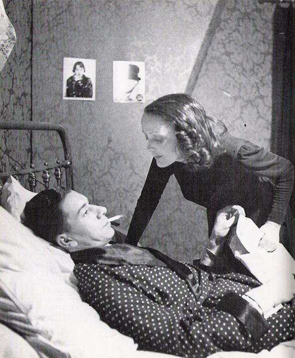 """Edith Piaf  Edith Piaf et Paul Meurisse jouant """"Le Bel Indifférent"""" de Jean Cocteau au théâtre des Bouffes-Parisiens - 1940"""