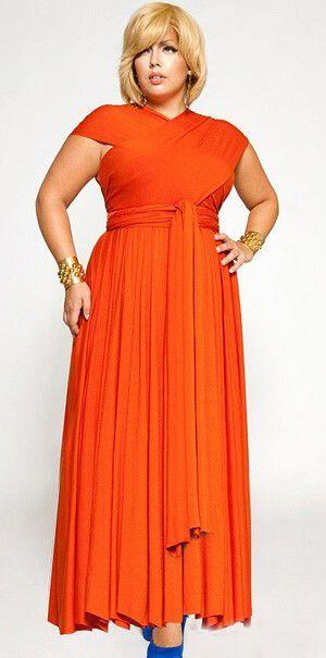 Длинное платье оранжевого цвета, синие туфли, золотые браслеты