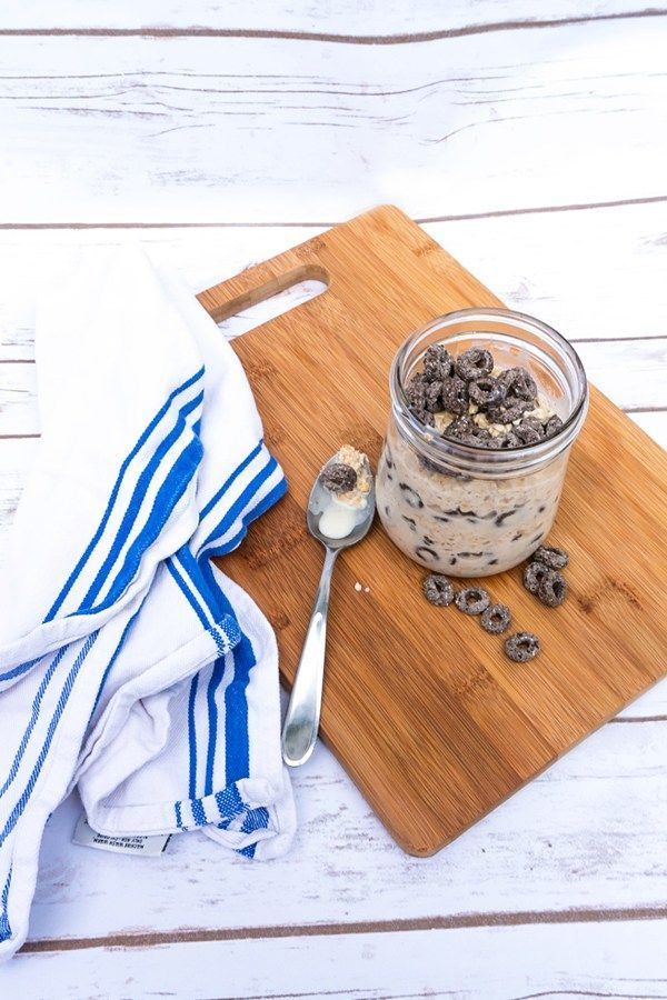 #AD Cookies and Cream Overnight Oats recipe from Mom Envy. A simple and easy breakfast recipe. These are amazing overnight oats that are like dessert for breakfast. Oreo O's cereal make a great addition to an otherwise boring breakfast. Easy breakfast in a jar, or brunch in a jar.