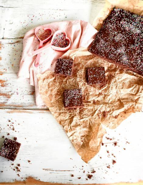 Hellapoliisin eli Kati Jaakosen rakkaalla reseptillä valmistuvat suloisen pehmeät mokkapalat! Torttulevy saa ylleen sekoitettavan kuorrutuksen, joka mehevöittää taikinalevyn superhyväksi.