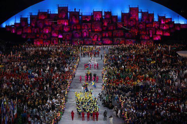Olympia 2016: Die Teams der verschiedenen Nationen schreiten ins Stadion.