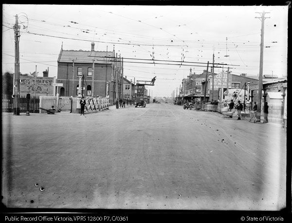 LEVEL CROSSING GATES AT NICHOLSON STREET FOOTSCRAY, LOOKING SOUTH. SOUTH KENSINGTON-WEST FOOTSCRAY GOODS LINE CONSTRUCTION - Public Record Office Victoria
