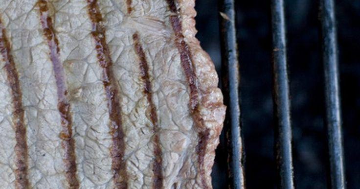 """Como preparar paleta bovina. A paleta bovina, também conhecida nas churrascarias como """"shoulder steak"""", é um corte de carne bastante acessível, e pode ser tão saboroso quanto as suas contrapartes mais dispendiosas, se preparado corretamente. O grelhado perfeito começa com a escolha da carne. Adquira bifes de paleta com 2,5 a 5 cm de espessura, pois os mais finos não grelharão ..."""