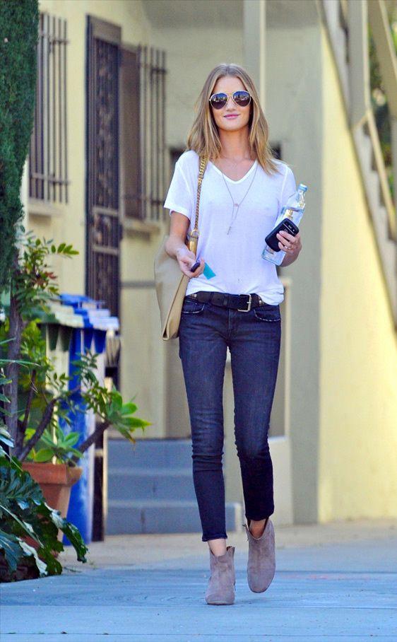 El sexy look de Rosie Huntington-Whiteley & Rosie Huntington-Whiteley sabe, y mucho, cómo llevar una camiseta blanca y unos vaqueros sin perder un ápice de estilo. La modelo añade a la combinación sus omnipresentes botines de ante y el bolso1970 en color crema de Gucci. #Fashion