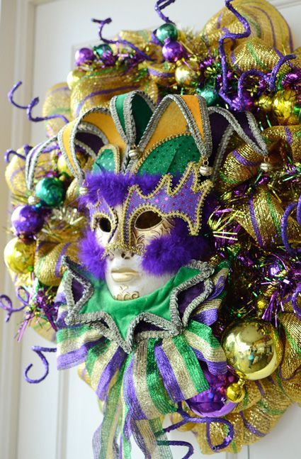 DIY Mardi Gras Wreath with Deco Mesh - I will learn how to do this!!