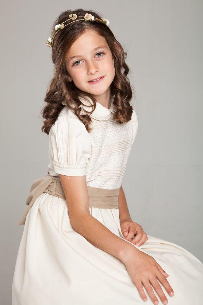 Foto de niña con traje de comunion en estudio