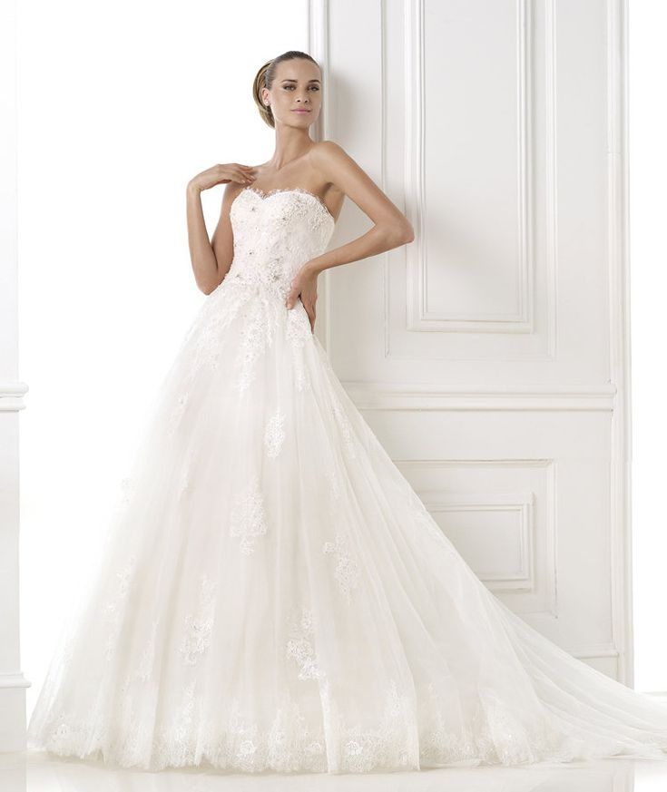 BLENDA. Strapless, tulle princess dress with lace appliqués and gemstone embroidery. Ideal for wearing with gloves.