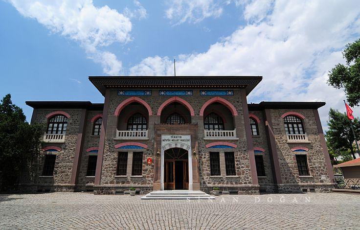 Cumhuriyet Müzesi (II.TBMM Binası) turkey nikon türkiye ankara müze ulus ottomanstyle cumhuriyetmüzesi tokina1116 ankaramüzeleri iitbmmbinası Cumhuriyet Müzesi (II.TBMM Binası) 1923 yılında mimar Vedat Tek tarafından Cumhuriyet Halk Fırkası mahfili olarak tasarlanan ve inşa edilen bu bina işlevi değiştirilerek meclis olarak kullanılmış. Bodrum üzerine iki katlı olan bu yapının iç bölümleri iki kat boyunca yükselen ortadaki meclis salonunun üç kenarına dizilmişler. Girişten sonra enine uzanan…
