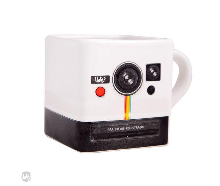 A Canequadrada Polaroid é pra quem gosta de fotografia e artigos retrô. Agora tomar café, chá ou chocolate quente será mais divertido e mais gostoso. Cuidados de Uso: Lavar com água e sabão neutro. Pode ir a Lava louças e micro-ondas. Material: Cerâmica