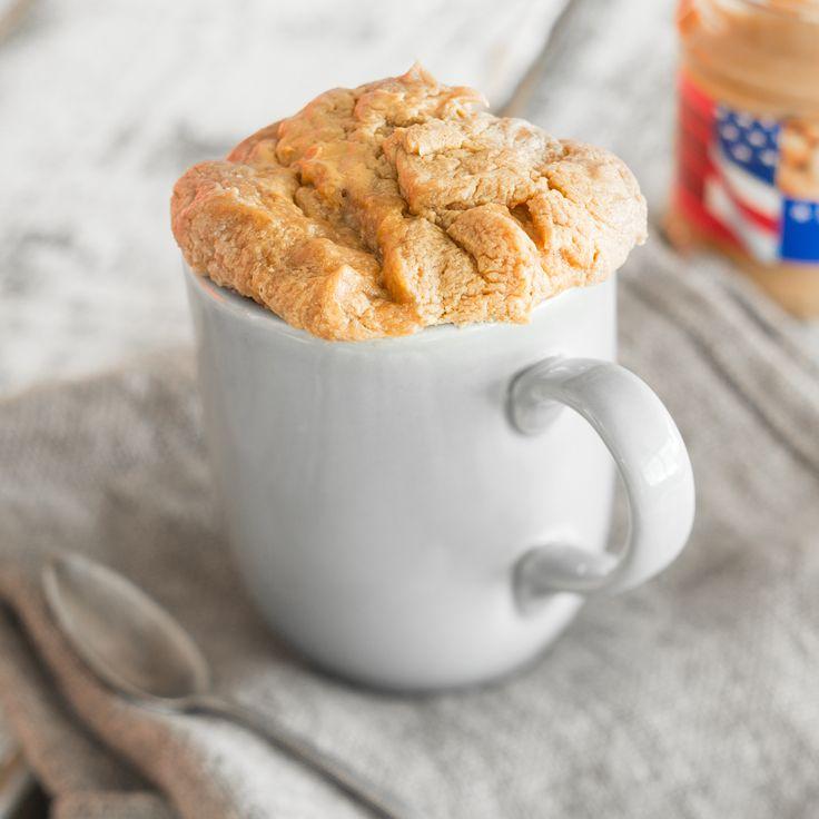 Dieser glutenfreie Erdnussbutter-Tassenkuchen ist in 2 Minuten auf dem Tisch und damit der schnellste und einfachste Kuchen der Welt.