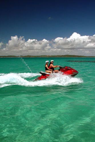 Turistas passeiam de jet ski, em Maragogi, norte de Alagoas, Brasil. A principal atração turística da região são as piscinas naturais rasas que se localizam em alto mar em períodos de maré baixa, conhecidas como galés.  Fotografia: Eduardo Vessoni / UOL.