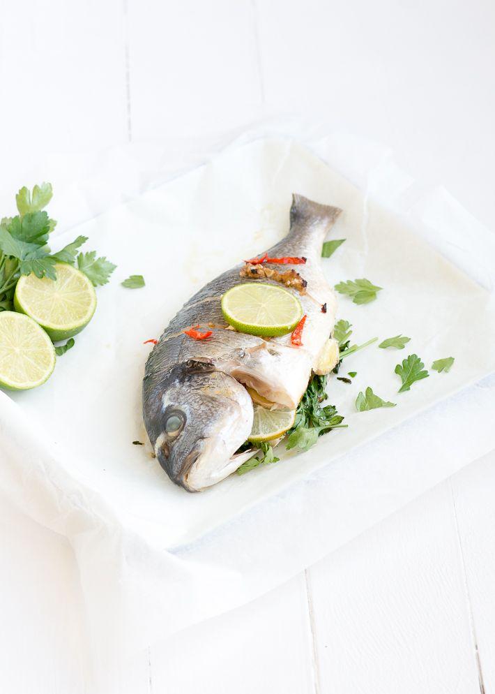 Lekker makkelijk en gezond een hele Thaise dorade uit de oven. Een hele vis bakken is echt supermakkelijk.