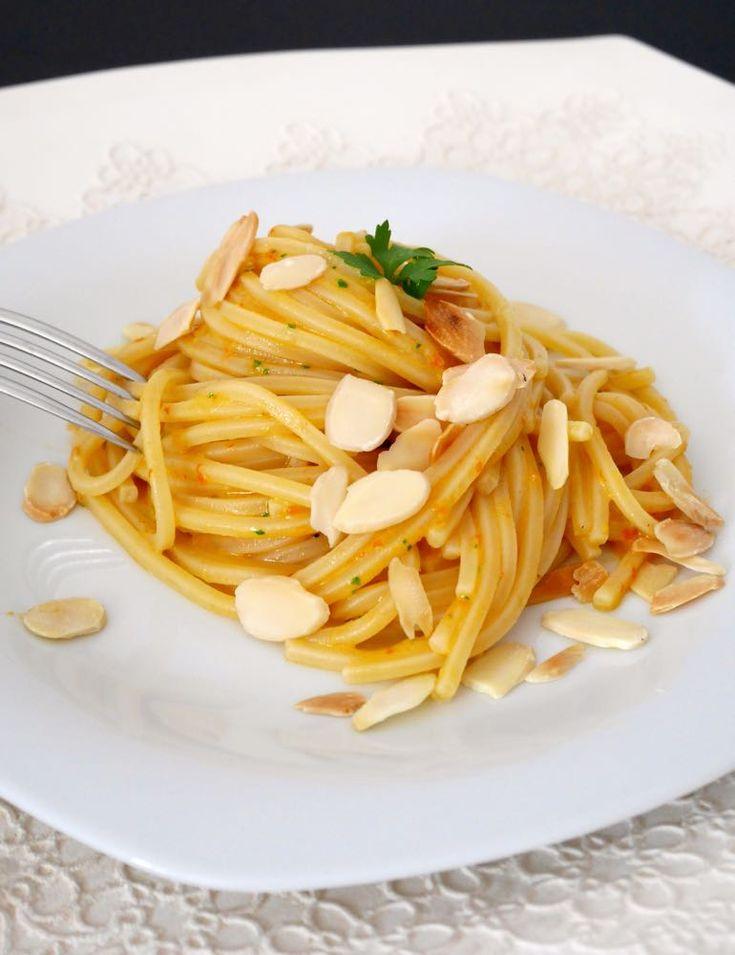 Spaghetti al pesto di mozzarella e pomodorini con mandorle tostate