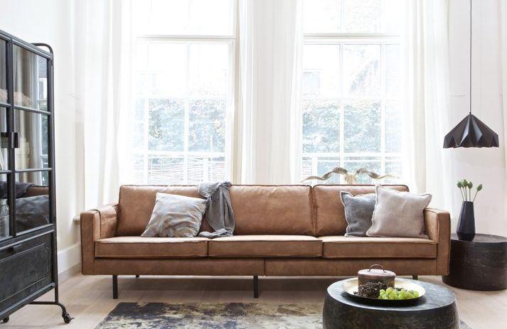 Lekker 3-seter skinnsofa trukket i svart skinn med stål ben som passer inn i et hjem som har en tøff stil innen rustikk eller skandinavisk stil.  Mål: Høyde85 x Bredde 277 x Dybde 86 cm Materiale: 70% Behandlet skinn, 30% bomull. Vedlikhold: Overflaten på sofaen er satt inn med en PVC basert base som gjør det lett å tørke av. Utover dette må den renses, putene har avtagbart trekk.   OBS - Leveringstid på Rodeo-serien er ca 8 uker