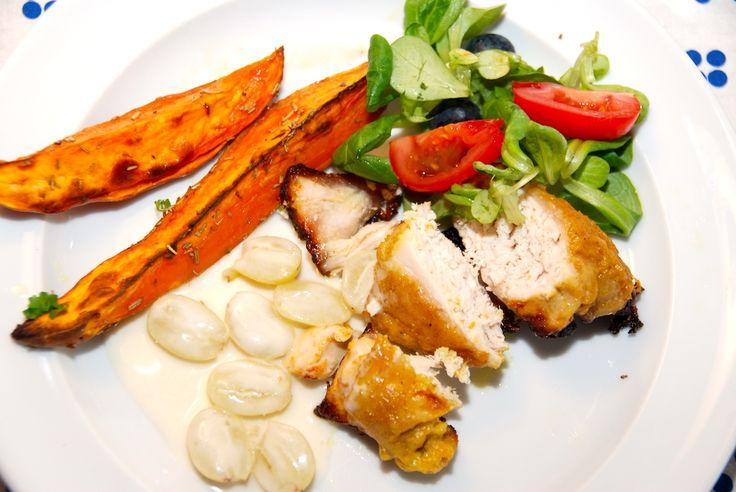 Se en lækker opskrift på kylling med karry og vindruesovs. Kyllingen kan enten steges i ovn eller grill, og grønne vindruer vendes i sovsen. Kylling med karry og vindruesovs er god aftensmad, der er ret nem