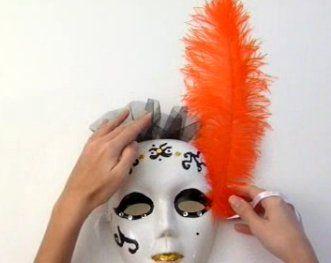Algunos apuntes y tutoriales sobre cómo fabricarse una convincente máscara veneciana (u otra que case con el Carnaval del Gran Baile de Máscaras). Ejercicio entretenido, que puede deparar interesantes resultados