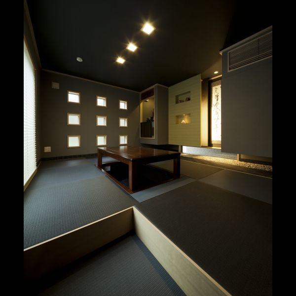黒畳を敷き モダンな雰囲気にデザインした和室 掛け軸や小物が映える