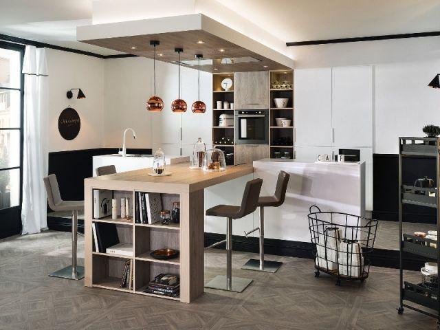 Cuisine avec table de bois synthétique et bibliothèque de rangement - Plan De Cuisine Moderne Avec Ilot Central
