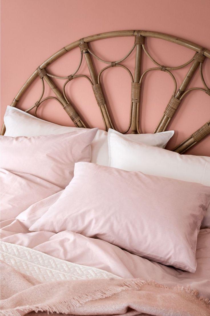Двухспальное постельное белье из тонкого х/б шамбре плотного плетения.