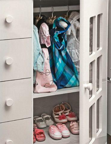 Na fase de bebê, a cômoda dá conta de boa parte do guardaroupa: além das gavetas, há prateleira para os sapatinhos e área para cabides com vestidos e casacos de passear.
