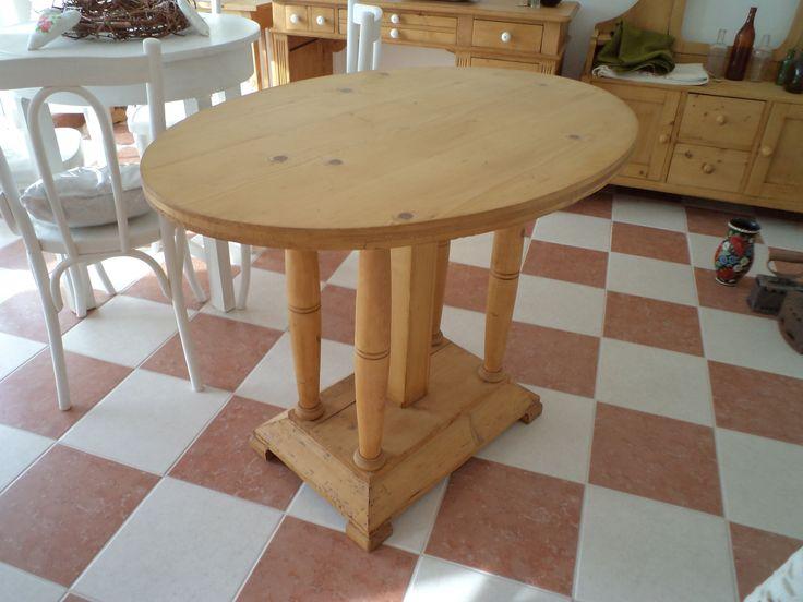 Ovál asztal