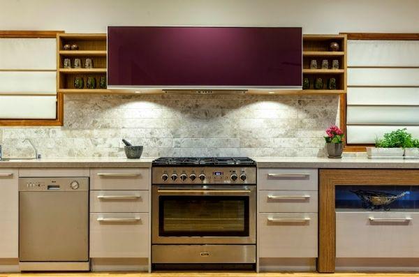 Шикарная кухня в нейтральных тонах с яркими аксессуарами