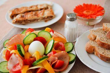 La alimentación como mejor aliada para reducir el riesgo de enfermedades cardiovasculares y mejorar la salud. También hay que cuidar el consumo de grasas de los alimentos que tomamos ya que puede ser causa de algunas patologías relacionadas con el corazón