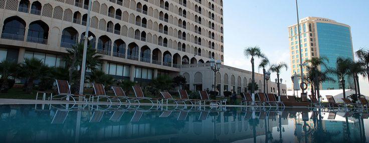 Détendez-vous, au milieu de pins surplombant la baie, au prestigieux hôtel Hilton Alger, situé à seulement 10 minutes de l'aéroport et 15 minutes du centre-ville d'Alger. Situé juste à côté du centre des expositions, l'hôtel dispose de salles de conférence et d'événement.