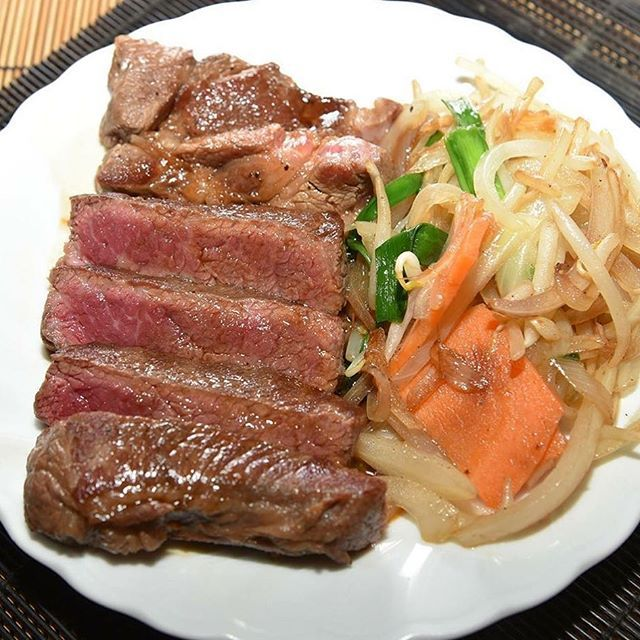 おはようございます! 新宿はいいお天気! 気持ちの良い朝を 迎えております  さて、本日はお肉の プチ雑学 牛肉の背肉部位を 「牛ロース」といいます この「ロース」という部位名、 いっけん欧米語に思われますが 実際には「roast(ロースト)」から 転訛した和製英語で、 「ロースト(焼く)に適した肉の部位」を 意味する言葉なんだそうです  ちゃん豚の 「牛肩ロースステーキ」は 柔らかくジューシーな 食感! 上品な味わいをお楽しみいただける 自慢の一皿です 是非おためしくださいね! 皆様のご来店を心よりお待ちしております  #ちゃん豚 #肉 #牛肉 #焼肉 #新宿三丁目 #新宿御苑 #新宿 #韓国料理 #厚切り #ビール #女子会 #飲み会 #歓迎会 #送別会 #誕生日会 #半額 #lunch #dinner #kickback #girlskickback #tokyo #shinjuku #ラブキャリア #lovecareer #lovecreativemedia #korianfood #beer #pork #beef #給料日