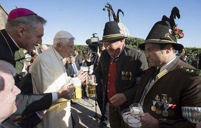 Бывший папа Бенедикт XVI отметил 90-летие огромной кружкой пива http://apral.ru/2017/04/27/byvshij-papa-benedikt-xvi-otmetil-90-letie-ogromnoj-kruzhkoj-piva/  В солнечный день 16 апреля 2017 года Бенедикт XVI, отрекшийся от престола в 2013 году, отпраздновал свое 90-летие кружкой пива [...]