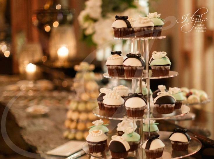 cupcakes decorate alb-negru | modern wedding by Idyllic Events
