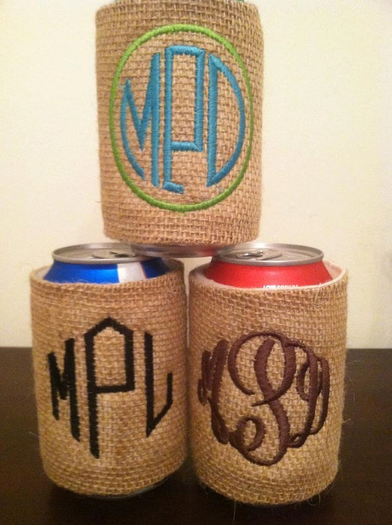 Burlap monogram coozies!: Wedding Parties, Monograms Koozie, Burlap Coozi, Wedding Favors, Gifts Ideas, Burlap Monograms, Bridesmaid Gifts, Burlap Koozie, Bridal Parties