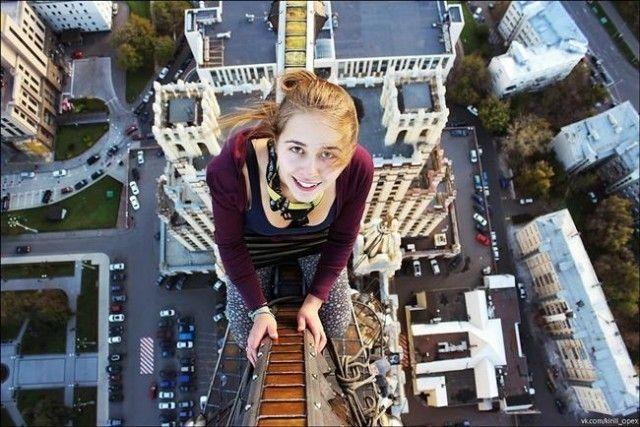 Onun yükseklik korkusu olan arkdaşları için yaptığı bu tehlkeli hareket son selfie çekti. Xenia IGNATYEVA öz çekimi yaptıktan sonra dengesini kaybederek düştü ve hayatını kaybetti.
