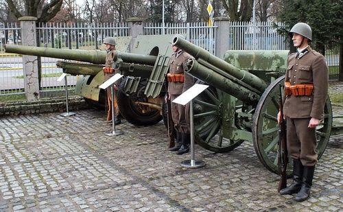 Działa przekazane dzisiaj uroczyście do Muzeum Wojsk Lądowych w Bydgoszczy. Od lewej: 120-mm armata wz. 1878/09/31, 105-mm armata dalekonośna wz. 29 i 76-mm armata polowa wz.02