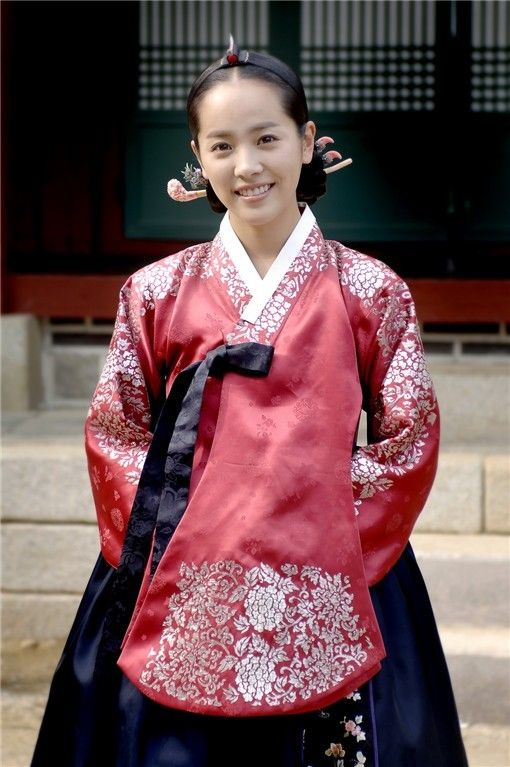 Traditional Korean Hanbok (It seriously looks so comfortable while at the same time looking so elegant. GENIUS)