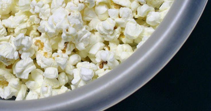 ¿Cuántas calorías hay en las palomitas de maíz?. El maíz está disponible en cinco tipos, pero solo las palomitas de maíz explotan. Los granos de palomitas de maíz vienen en varios colores: rojo, negro, dorado y blanco. Además, son un alimento sano y ayudan a la digestión porque tienen fibra. Ya que son bajas en calorías y grasa, las palomitas de maíz son un tentempié saludable.