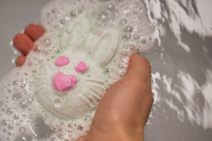 Hoppity Poppity bath bomb.  Hophophop! Kom uit je hol en huppel je bad in met dit vrolijk bruisende konijn met opwekkende, kruidige geur. Dit schatje zal je nog verrassen! In Hoppity Poppity hebben we lavendel absolue, limoenolie en violenblad absolue verwerkt. De geur doet denken aan fris groen gras. Perfect voor blije konijntjes.