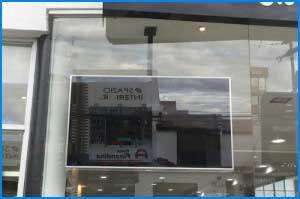 Televisor instalado en el techo en un punto de venta de colchones Dormilife