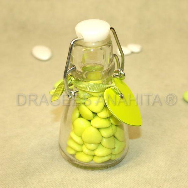 Un petite bouteille à dragées en verre à la façon des vielles bouteilles de lait ou encore de limonade. Idéal pour un mariage originale ou un baptême avec la transparence du verre qui permet de jouer avec les couleurs des dragées coeurs en chocolat
